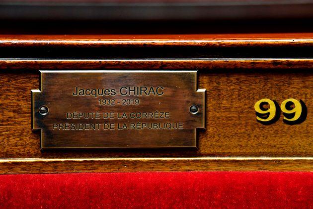 La plaque en mémoire de Jacques Chirac apposée sur le siège 99 de