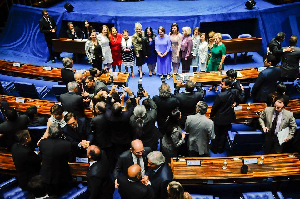 Em destaque, bancada feminina no Senado posa para foto comemorativa, em