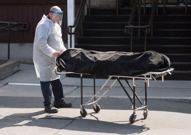 Un corps est transporté de la Résidence Herron à Dorval, samedi 11 avril