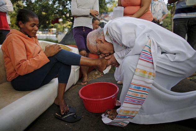 Padre Júlio Lancellotti lava pés de moradora de rua em cerimônia de Páscoa...