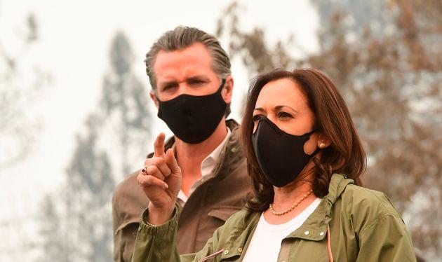 山火事で破壊された街を訪れたニューサム知事(左)とカリフォルニア州上院議員で民主党副大統領候補のカマラ・ハリス氏(2020年9月15日)