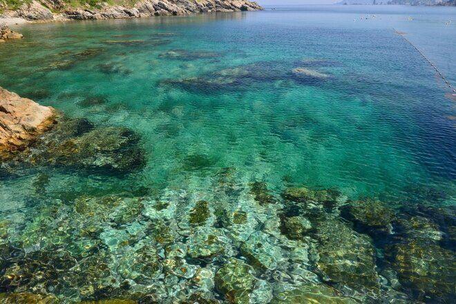 五島の海の色は、時間ごとに、季節ごとに、まったく違う。車を運転してカーブを曲がった先に、不意に抜けるようなブルーが現れたりする。(撮影:廣瀬健司)