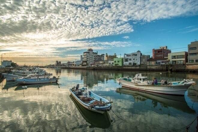 市街地の港。こういう何ともない日常の中に、不意に絶景が現れるのも、五島に何度通っても飽きない理由かもしれない。(撮影:廣瀬健司)