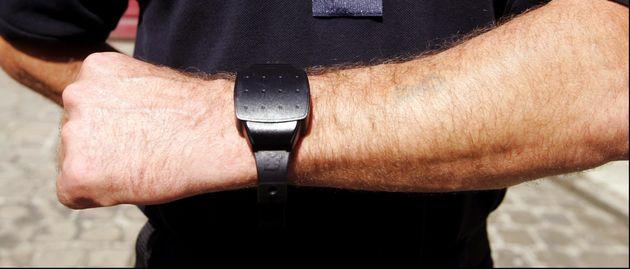 Un bracelet électronique en 2006 en France (photo