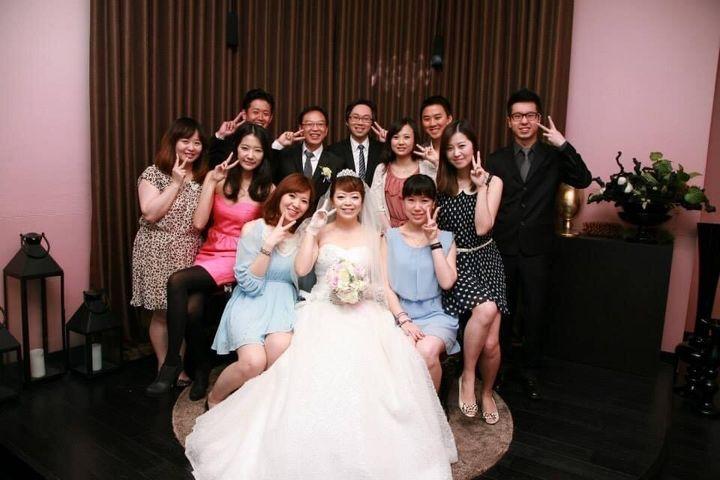 웨딩드레스를 입은 추링씨와 친구들. 모두가 환하게 웃고 있다.