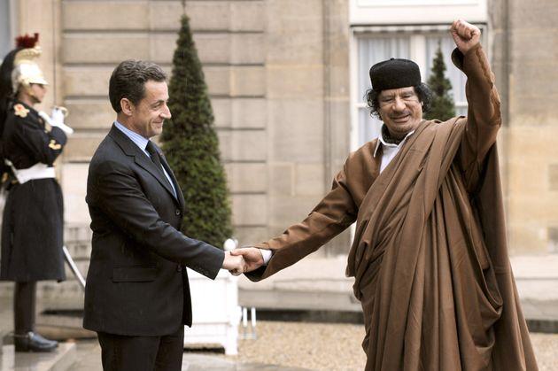 Nicolas Sarkozy recevant en grandes pompes le dictateur libyen Mouammar Kadhafi en décembre 2007 à l'Élysée (illustration).