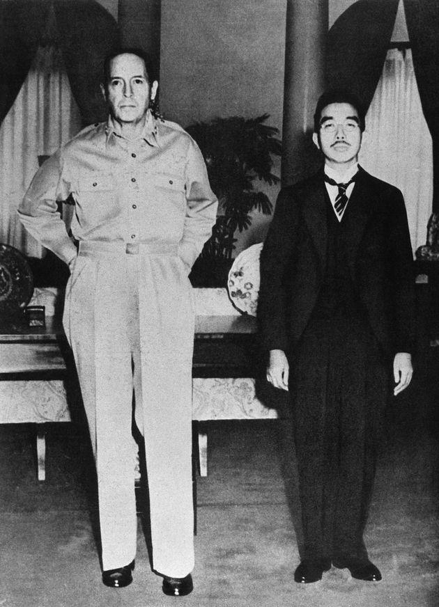 1945年9月29日付の新聞各紙に掲載された昭和天皇とマッカーサー元帥の2ショット写真