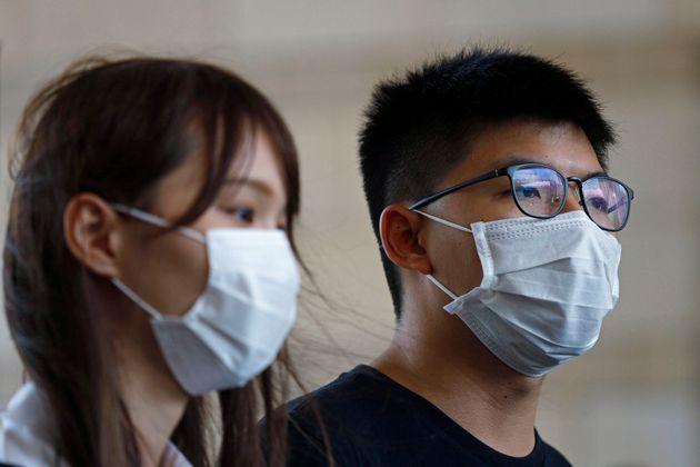 민주화 운동가 아그네스 차우(왼쪽)와 조슈아 웡(왼쪽)이 2020년 8월 5일 수요일 홍콩의 한 법정에