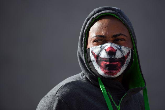 Un hombre con una mascarilla en