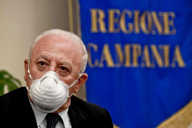 """De Luca: """"Obbligo di mascherine all"""
