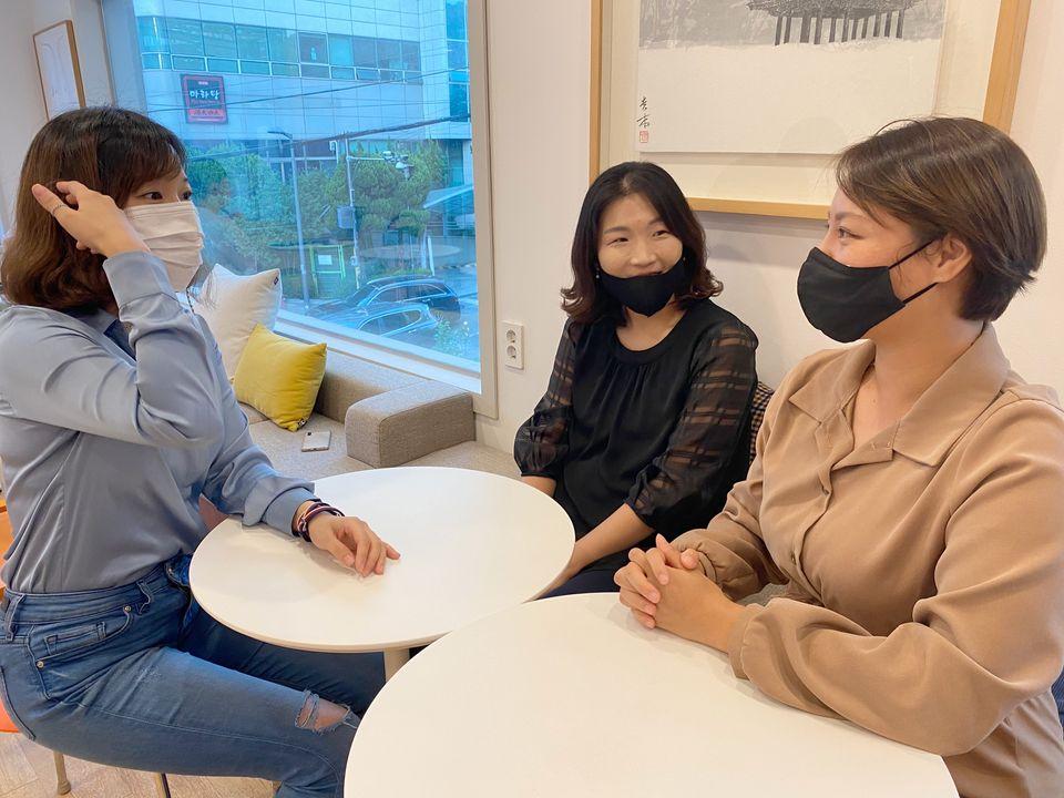 '부너미' 회원 예송쌤,성경쌤,지은쌤(왼쪽부터 시계방향으로)과 함께한 뜨겁고도 유쾌한 인터뷰