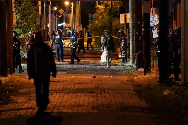 Les policiers ont érigé un périmètre à l'endroit où les deux...