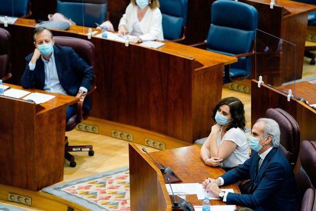 La presidenta madrileña, Isabel Díaz Ayuso, y el consejero de Políticas Sociales, Alberto Reyero (i)...
