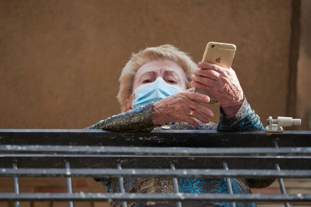 Una vecina mira por su ventana de Peralta, un pueblo confinado de Navarra, el 24 de septiembre de