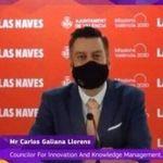 Un concejal de Valencia se pone la mascarilla para simular que habla en inglés mientras otro pone la
