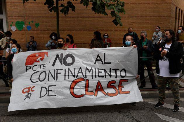 Vecinos de Carabanchel, uno de los distritos más afectados de Madrid, protestan contra las