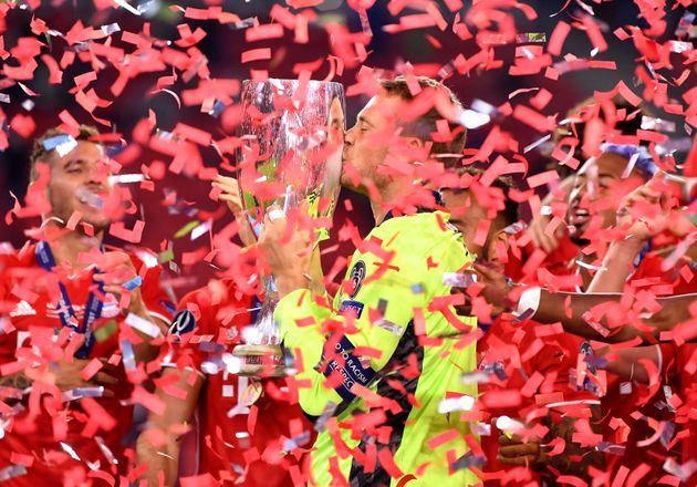 Manuel Neuer, guardameta de Bayern de Múnich besa el