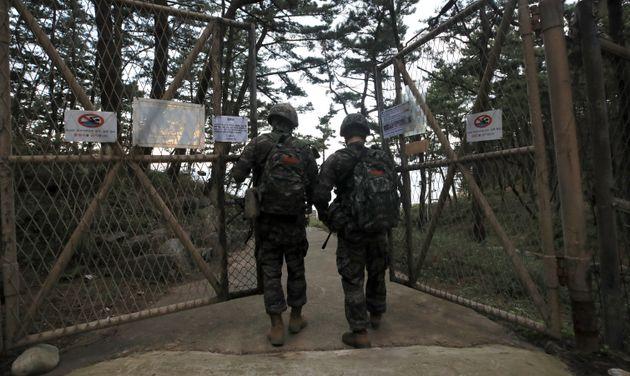 25일 인천 옹진군 대연평도에서 해병대 장병들이 해안순찰을 위해 통문을 나서고