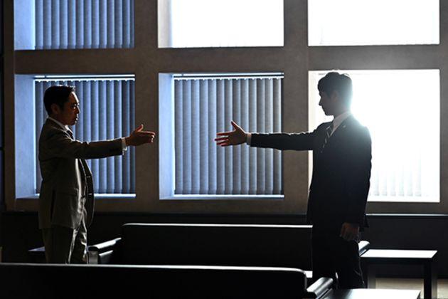 『半沢直樹』第8話のフォトギャラリーに掲載された、香川照之さんが演じる大和田暁と堺雅人さん演じる半沢直樹