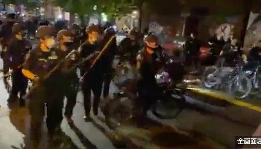 デモ参加者の頭を、警察官が自転車で踏みつける。動画が拡散して波紋