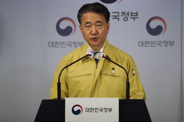 박능후 보건복지부 장관이 25일 오전 서울 종로구 정부서울청사에서 코로나19 대응 추석 특별방역기간 중 거리두기 방안을 발표하고
