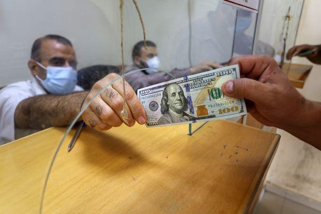 9월 팔레스타인 가자지구에서 시민들이 코로나19 긴급생활지원금을 받는 모습. 가구당 100달러씩 현금으로