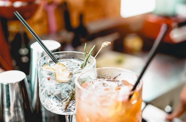 Positivo al Covid va al bar a bere con gli amici: