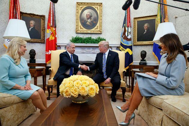 Donald y Melania Trump reciben en el Despacho Oval a Benjamín y Sara Netanyahu, en marzo de