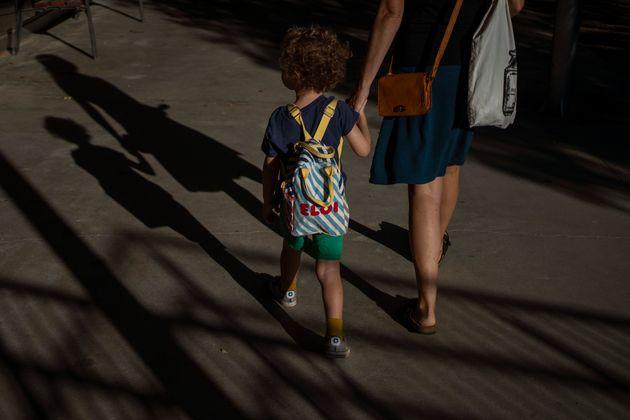 Un niño acude a clase el 14 de septimbre de 2020 en Barcelona (AP Photo/Emilio