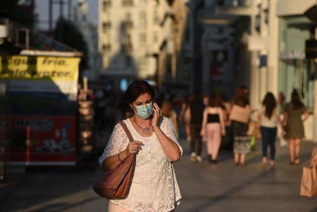 Una mujer camina por el centro de Madrid el 28 de julio de