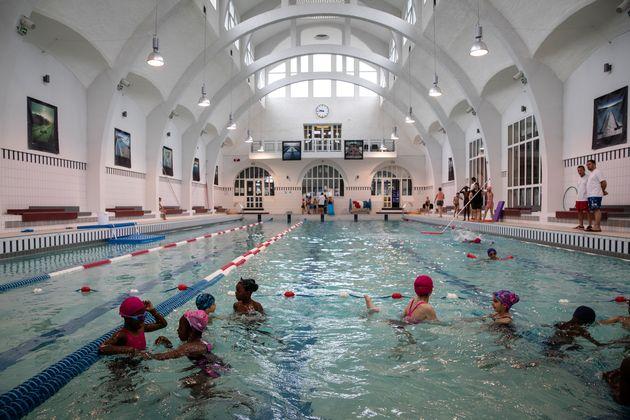 Àla piscine de la Butte aux Cailles, à Paris, le 20 juin