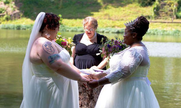 A autora (à esquerda) e sua esposa, Jodyann Morgan, se casando, em cerimônia oficiada por...