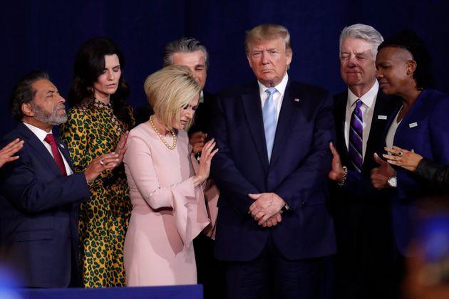 Sur cette photo de janvier 2020, on voit des leaders religieux prier avec le président Donald Trump lors...