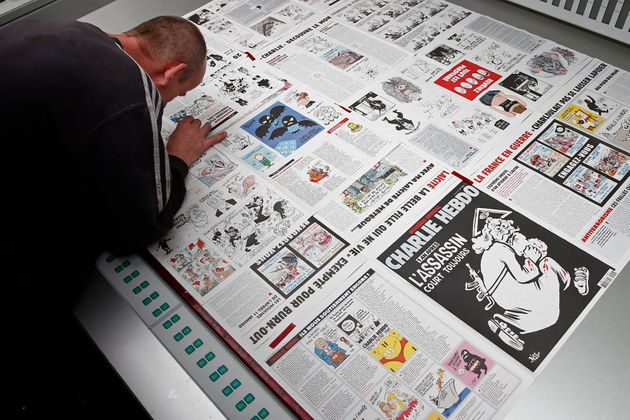 Photo d'illustration montrant l'employé d'une imprimerie devant l'édition du 4 janvir 2016...