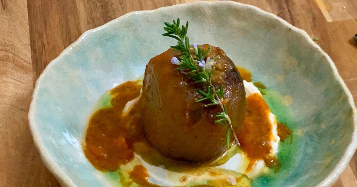 Cebolla rellena de sofrito de verduras, salsa de pimientos rojos y yogur vegano