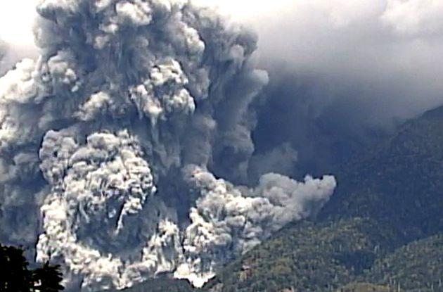 噴火する御嶽山(国土交通省中部地方整備局提供)