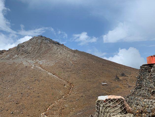 王滝頂上から奥の山頂・剣ヶ峰を望む。この付近は開けており、身を隠す場がほとんどない。噴火口は左手にあり、噴火して間もなく噴石が落ちてきた=2020年8月22日