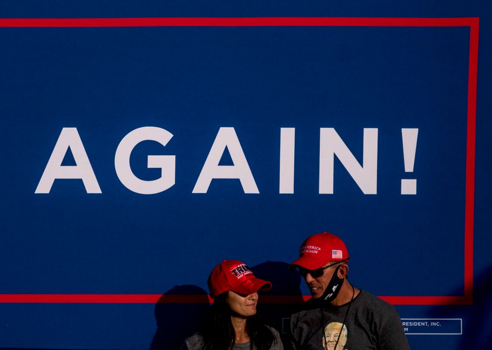 도널드 트럼프 미국 대통령(공화당)의 선거 유세장에서 지지자들이 트럼프 대통령을 기다리고 있다. 스완턴, 오하이오주. 2020년