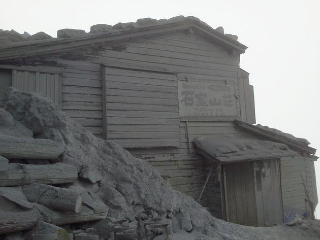 火山灰で覆われた御嶽山の山荘=2014年10月2日(防衛省統合幕僚監部提供)