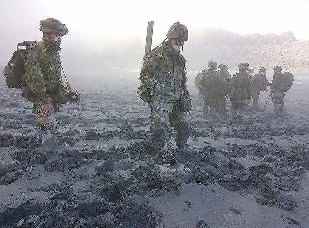 地面はぬかるみ、捜索を阻んだ=2014年10月7日(防衛省統合幕僚監部提供)