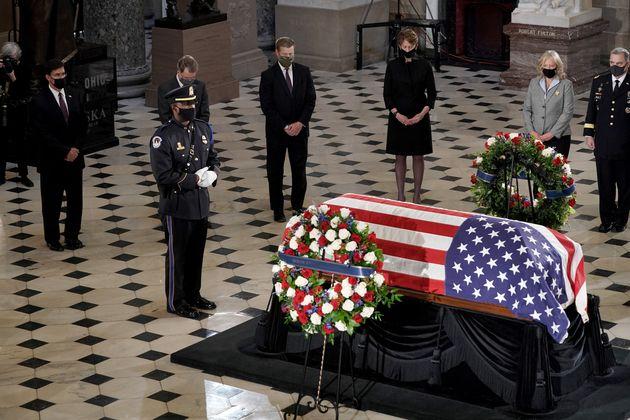 ギンズバーグ最高裁判事の追悼式、スポーツトレーナーが棺の前でとった行動に悲しみが広がる(動画)