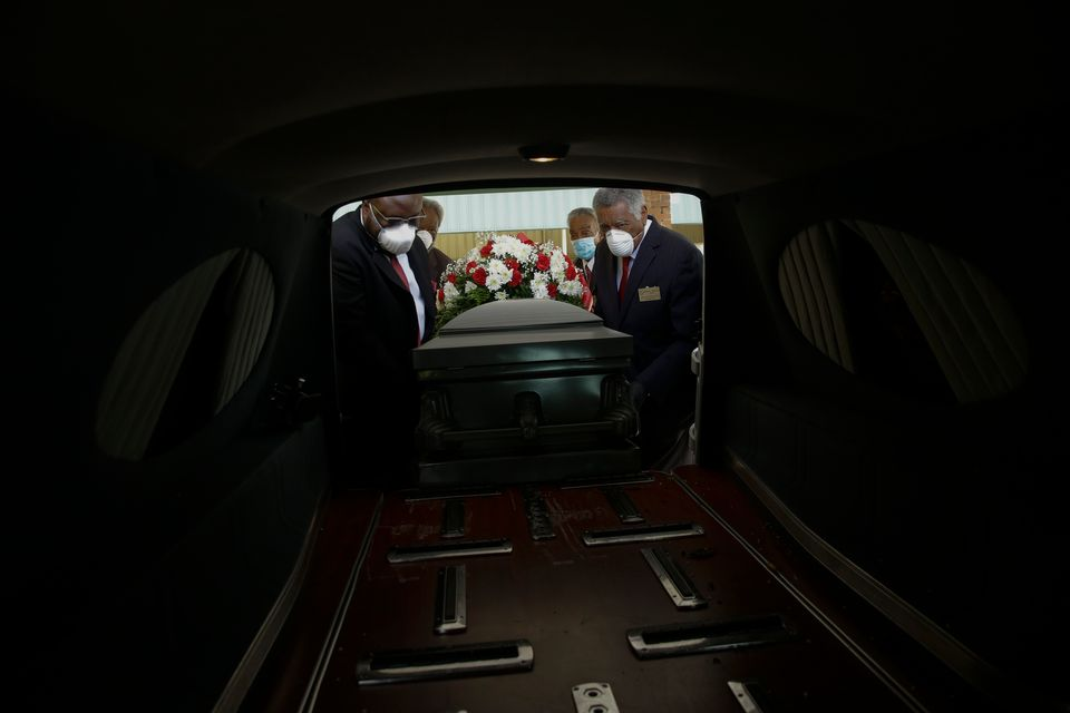 AP: Μια ματιά στις συνέπειες της πανδημίας ενώ οι νεκροί του Covid-19 πλησιάζουν το ένα