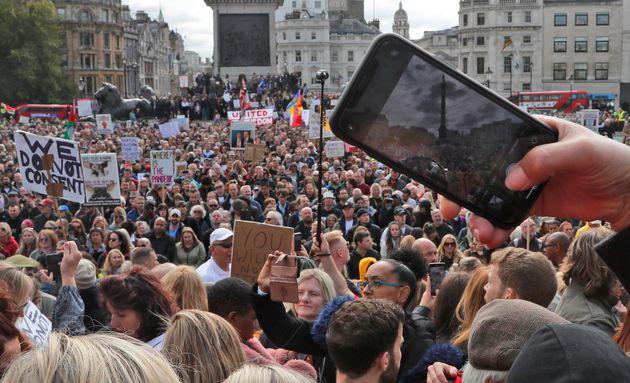 Λονδίνο: Αιματηρές συγκρούσεις διαδηλωτών κατά των μέτρων για την πανδημία και