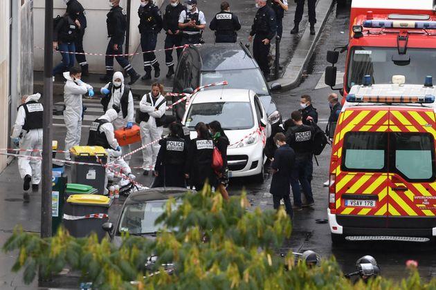 Policiers, pompiers et médecins sur les lieux de l'attaque près des anciens locaux de