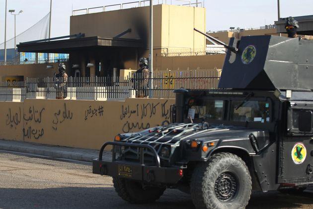 Des membres des forces antiterroristes irakiennes montent la garde devant l'ambassade américaine...