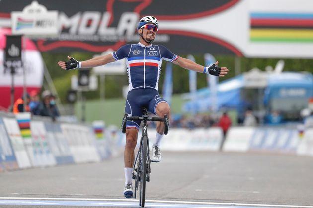 Julian Alaphilippe sur la ligne d'arrivée des championnats du monde sur route, à Imola...