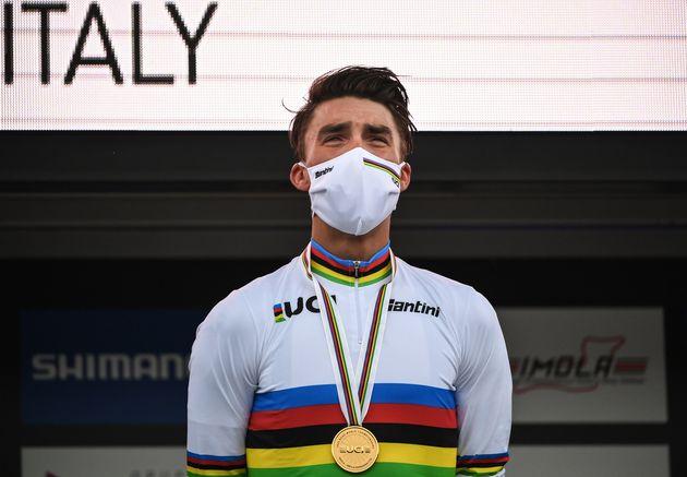 Julian Alaphilippe lors de La Marseillaise après son titre mondial, à Imola en Italie,...