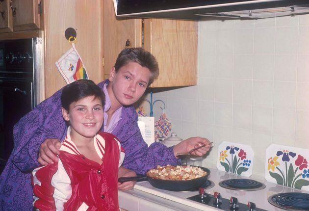 ロサンゼルスの自宅で料理をするホアキンとリヴァー(1985年撮影)
