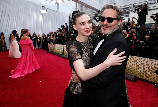 第92回アカデミー賞でレッドカーペットの上で抱き合うルーニー・マーラさん(左)とホアキン・フェニックスさん(2020年2月9日)