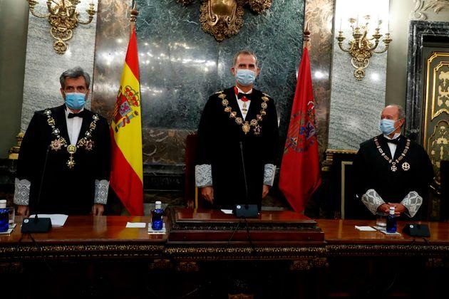 El rey Felipe VI, entre Carlos Lesmes, presidente del CGPJ y el ministro de Justicia, Juan Carlos Campo,...